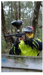 disparando en paintball